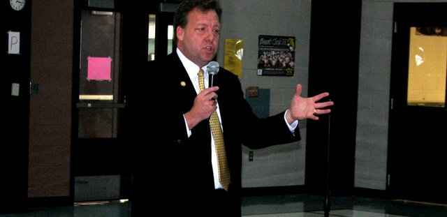 Sen, Tom Holland talks to students Thursday at Glenwood Ridge Elementary School.